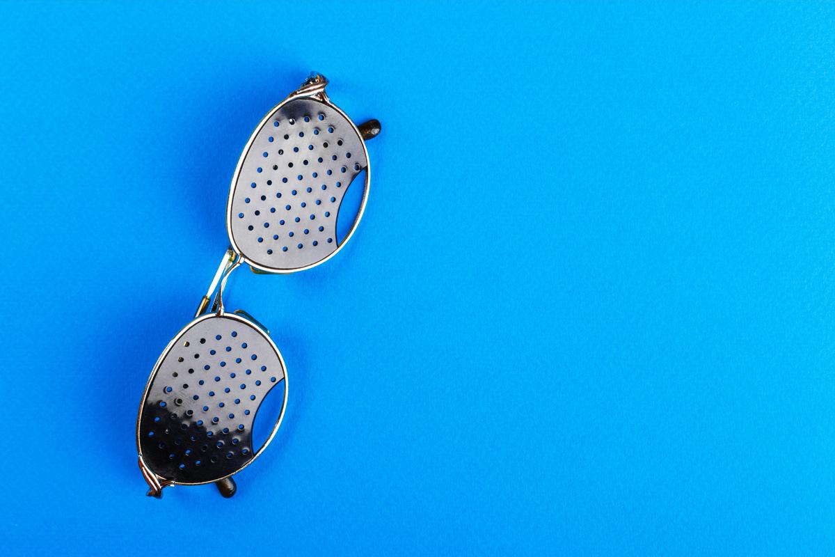 occhiali stenopeici